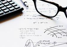 De oefeningen van de fysica die op een Witboek worden geschreven royalty-vrije stock afbeelding
