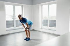De Oefeningen van de mensentraining Geschiktheid Mannelijk Modelexercising indoors Stock Foto