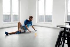 De Oefeningen van de mensentraining Geschiktheid Mannelijk Modelexercising indoors Stock Foto's