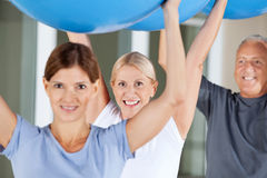 De oefeningen van Rehab met gymnastiekballen royalty-vrije stock foto's