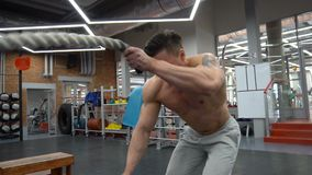 De Oefeningen van de slagkabel voor Snel Gewichtsverlies stock footage