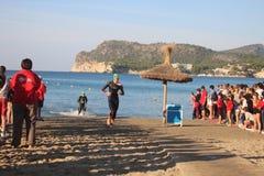 De oefeningssport van het Triathletetriatlon het gezonde zwemmen Stock Foto