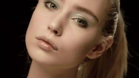 De Oekraïense die close-up van het mannequingezicht op zwarte achtergrond wordt geïsoleerd Mooie modelmeisjesmake-up Schitterende stock footage