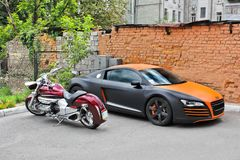 De Oekraïne, Kiev; 20 augustus, 2013; Audi R8 ABT en Honda-motorfiets stock afbeeldingen