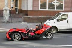 De Oekraïne, Kiev, Centrum van de stad 20 augustus, 2017 De unieke three-wheeled Katapult SL van autopoolsters in verkeer op de w stock foto
