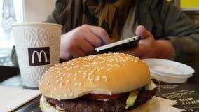 De Oekraïne Kiev 7 December, van het de sandwich Amerikaanse restaurant van McDonald ` s van 2017 de koffielunch stock videobeelden