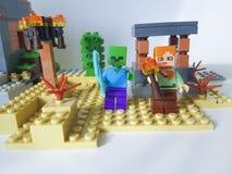 De Oekraïne, Kiev 21 Februari, de waarde van 2018 mini plastic het spel populaire kinderjaren Lego Minecraft van de zwaardmens Stock Foto