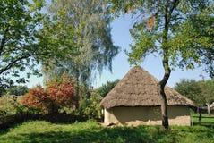 De Oekraïne. Kiev. Het huis van de klei met met stro bedekt stock afbeelding