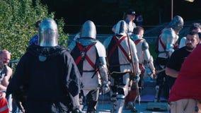 De Oekraïne, Kiev, 9 Juni, 2018 Knight toernooien De deelnemers verlaten het slagveld De uitgeputte ridders gaan daarna  stock footage