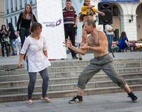 De OEKRAÏNE, KIEV - September 11.2013: Parallelle werkelijkheid: een ruzie h Stock Afbeeldingen