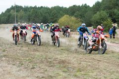 De Oekraïne, novgorod-Seversky - September 30, 2017: Verzameling, het ras van de enduromotorfiets op de zandige weg, dichtbij nov Stock Foto's