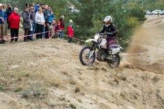De Oekraïne, novgorod-Seversky - September 30, 2017: Verzameling, het ras van de enduromotorfiets op de zandige weg, dichtbij nov Royalty-vrije Stock Foto's