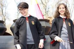 De OEKRAÏNE, ODESSA - April 1, 2019: kostuumparade gewijd aan de dag van humeur en gelach, Humorina Jongen en meisje in de kostuu stock foto's