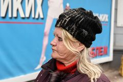 De Oekraïne, Shostka - Maart 8, 2019: Portret van dakloze slechte vrouw in de straat stock afbeeldingen