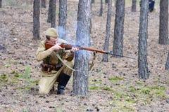 De Oekraïne, Voronezh - September 2, 2018: Wederopbouw van de Tweede Wereldoorlog, de militairen in het bos royalty-vrije stock afbeelding