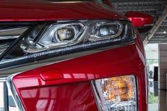 De Oekra?ne, Cherkasy, Mei 2019 Koplamp van een moderne rode auto Close-up Detail van automobielverlichtingssysteem stock foto's