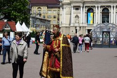 De Oekra?ne, Lviv - mag, 2019: Een mens in het Carnaval-kostuum van Koning Danylo Galitsky royalty-vrije stock afbeeldingen