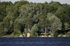 De oever van het meer met plattelandshuisjes stock fotografie