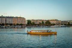 De oever van het meer van Genève Zwitserland met Mouette (Gele boot) Royalty-vrije Stock Foto's