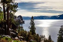De oever van meertahoe op een mooie de winterdag, Sierra Nevada -bergen stock afbeeldingen