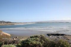 De oever van de Morrobaai met blauwe wateren stock foto