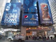 De Officiële Frisdrank van Pepsi van het aanplakbord van Super Bowl XLVIII op Broadway tijdens de week van Super Bowl XLVIII in Ma Stock Afbeelding