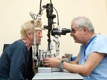 De oftalmoloog onderzoekt bejaarden Stock Foto's