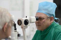 De oftalmoloog onderzoekt de patiënt Royalty-vrije Stock Afbeeldingen