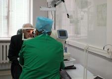 De oftalmoloog onderzoekt de patiënt Royalty-vrije Stock Foto's