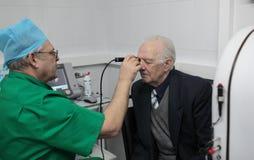 De oftalmoloog onderzoekt de patiënt Royalty-vrije Stock Afbeelding