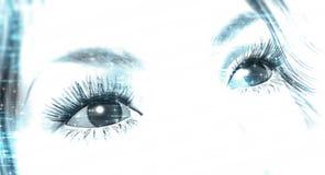 De ogen die van de vrouw omhoog in de afstand staren Royalty-vrije Stock Foto's