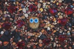 De Ogen Rode harten van strandstenen Stock Afbeeldingen