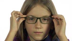 De ogen testen, kindoftalmologie die onderzoeken, shortsighted jong geitje, de oogglazen van de meisjesbehoefte stock footage