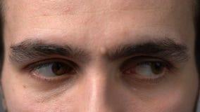 De ogen van de close-upmens het kijken stock videobeelden