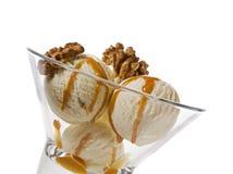 De okkernootroomijs van de esdoorn in dessertkom Stock Foto