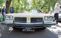 De oldsmobile auto bij de show van de auto's van inzamelingsretrofest stock fotografie