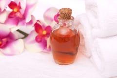 De oliën, de orchidee en de handdoeken van Aromatherapy royalty-vrije stock fotografie