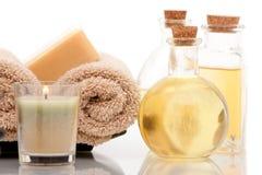 De oliën van Aromatherapy met kuuroordhanddoeken royalty-vrije stock afbeeldingen