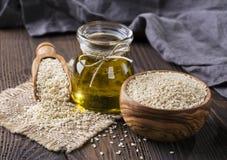 De olie en de zaden van de sesam stock afbeelding