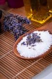 De olie en het bad zoute wellness van de aromatherapie van de lavendelmassage stock foto's