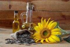 De olie en de zaden van de zonnebloem stock foto's