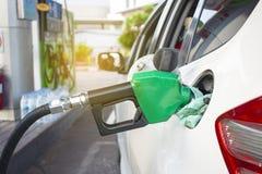De olie of het benzinestation die van het mensenpersoneel energie voor auto gebruiken of transportat stock afbeelding
