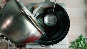De Olie van chef-kokis pouring cooking in Wok een Commerciële Keuken stock videobeelden