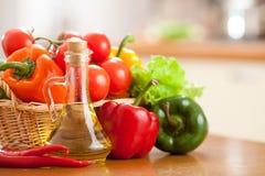 De olie van de zonnebloem in fles en gezonde voedselgroente Stock Foto's