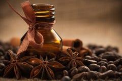 De olie van het de koffiearoma van de fles met aromatische koffiebonen Stock Afbeelding