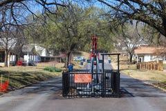 De oliebron van de werelden slechts hoofdstraat - pomphefboom in midden van straat in Barnsdall Oklahoma de V.S. 3 22 2018 stock fotografie