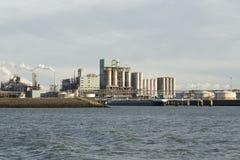 De olieindustrie in de haven van Rotterdam Nederland stock foto's
