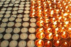 De oliekaarsen van de verlichting in tempel Stock Foto's