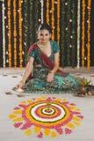 De olielampen van de vrouwenverlichting op Diwali Royalty-vrije Stock Fotografie