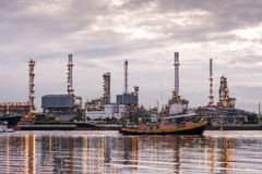 De olieraffinaderij, Sleepbootboten vaart door olieraffinaderij industr Royalty-vrije Stock Foto's
